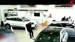 مشتری خودروی صفر را به شیشه نمایشگاه کوبید! +فیلم
