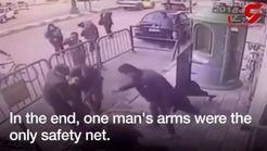 لحظه عجیبی از سقوط یک کودک از ساختمان + فیلم