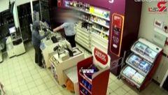 درگیری شجاعانه یک مغازه دار با سارق مسلح +فیلم
