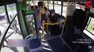 صحنه وحشتناک پرش مادر و فرزند از اتوبوس برای نجات جان خود +فیلم
