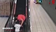 لحظه سقوط زن و کودک از پله برقی! +تصویر