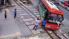 تصادف  وحشتناک اتوبوس با میله + فیلم