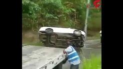 لحظه سقوط ماشین لوکس به دره پس از نجات به دست امدادگران! + فیلم
