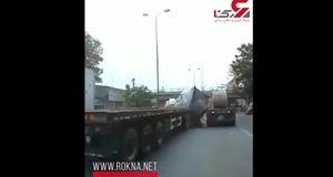حادثه ای وحشتناک در اتوبان به خاطر محکم نکردن بار کامیون 18 چرخ + فیلم
