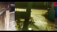 لحظه وحشتناک حمله گاو به جوان دانشجو در حیاط دانشگاه! +فیلم