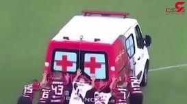 هُل دادن آمبولانس در زمین فوتبال توسط بازیکنان! +تصویر