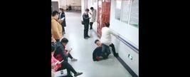 هیچ کس از دیدن این صحنه خجالت نکشید / اقدام فداکارانه یک مرد برای همسرش+فیلم / چین
