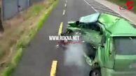 له شدن خودروی سواری زیر کامیون به دلیل تغییر مسیر ناگهانی + فیلم