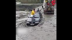 لحظه خطرناک تلاش برای نجات راننده پژو از سیل در طرقبه مشهد+فیلم
