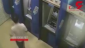 لحظه حمله یک مرد عصبانی به خودپرداز های بانک+فیلم