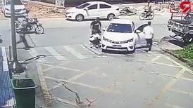 بستن بند کفش در وسط خیابان جان مردی را به خطر انداخت + فیلم