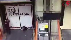 له شدن یک کارگر پس از دنده عقب رفتن تریلی + فیلم