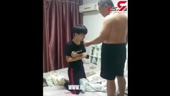 تنبیه وحشیانه پسر بچه / او از جیب پدرش پول برداشته بود + فیلم