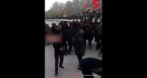 فیلم لحظه حمله ده ها پسر جوان با گلوله برفی به 2 دختر در پارک ائل گلی تبریز / 2 تن دستگیر شدند + تصویر