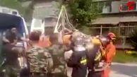 شیوه عجیب انتقال مرد ۲۲۵ کیلویی به آمبولانس + فیلم