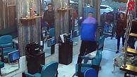 مشتری عصبانی پس از ضرب وشتم آرایشگر موهای او را به زور کوتاه کرد+ فیلم