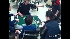 لحظهی ضربه زدن یک مرد با قیچی به گردن مرد قمار باز + فیلم