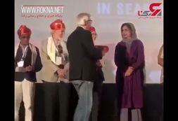 دست ندادن شبنم قلیخانی به دبیر جشنواره هند+فیلم