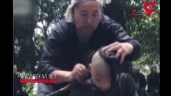 مهارت عجیب پیرمرد در کوتاه کردن موی سر با داس! + فیلم