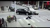 تصادف وحشتناک موتورسیکلت و 2 خودرو + فیلم