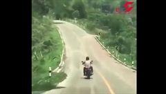 حمله مار به موتورسوار وسط جاده!+فیلم