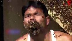 این مرد هندی زنبورهای زنده را دولپی می خورد!+ فیلم