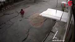 این خیابان زیر پای زن جوان ناگهان ترک خورد!  / فیلم وحشتناک لحظه حادثه