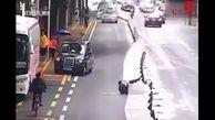 یک عابر پیاده حادثهای عجیب در خیابان رقم زد+ فیلم