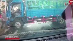 تصادف دلخراش موتور با کامیون به دلیل خلاف رفتن در خیابان + فیلم
