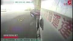 له شدن یک موتورسوار در زیر چرخهای تریلی هجده چرخ + فیلم