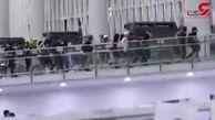 درگیری پلیس با معترضان لیزری در فرودگاه هنگ کنگ + فیلم