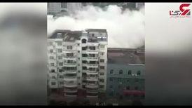 فیلم لحظه هولناک فرو ریختن ساختمان هفت طبقه بر سر یک مرد + فیلم