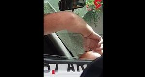 اقدام چندش آور راننده تاکسی داخل ماشینش + فیلم