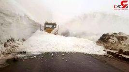 سقوط بهمن در جاده پاوه / 120 خودرو با مسافران نوروزی گرفتار شدند + فیلم