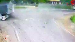 تصادف عجیب و وحشتناک دو خودرو در جاده + فیلم