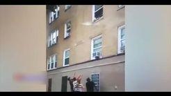 لحظه آویزان ماندن دو بچه از پنجره طبقه دوم یک ساختمان + فیلم