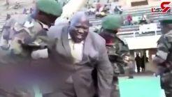 آبروریزی وزیر ورزش اوگاندا در ورزشگاه / وزیر کله پا شد!+ فیلم
