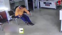 حمله مار به یک مرد در اداره پلیس+فیلم