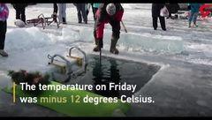 شنا کردن مرد روسی 25 متر زیر یخ در عمیقترین دریاچه جهان+فیلم