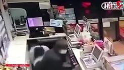 مرد فروشنده بی وجدان از همکار خود به عنوان سپر مقابل حمله مسلحانه تبهکاران استفاده کرد+فیلم