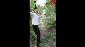 این مرد با موهایش از شاخه درخت تاب میخورد! + فیلم