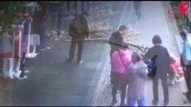 لحظهی سقوط شاخهی بزرگ درخت پارک روی سر یک مرد + فیلم
