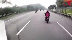 له شدن موتور سوار بدشانس زیر چرخ های ماشین!+ فیلم
