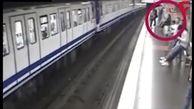 حادثهای وحشتناک برای دختر جوان در مترو / او در تلفن همراه غرق شده بود+ فیلم