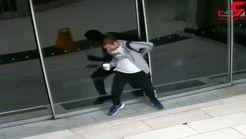 دزد احمق هنگام فرار لای در گیر کرد و سوژه خنده شد! + فیلم