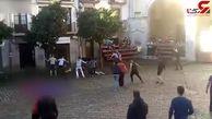 لحظه زخمی شدن یک مرد در مراسم گاوبازی خیابانی + فیلم