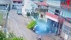 نجات معجزه آسای دوچرخه سوار پس از برخورد با خودرو +فیلم