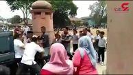 لحظه حمله با چاقو آقای وزیر در اندونزی + فیلم