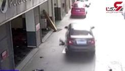 پدر بیاحتیاط، پسرش را با ماشین زیر گرفت +فیلم