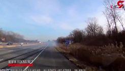 تصادف وحشتناک یک خودرو با دو تریلی در اتوبان + فیلم